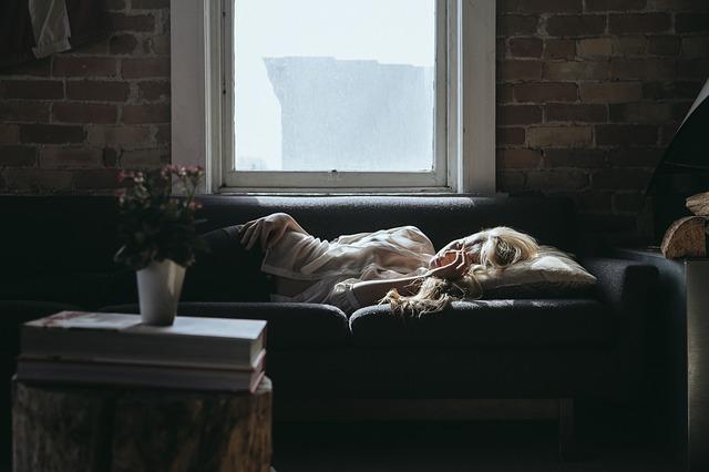 疲れて寝ている女性