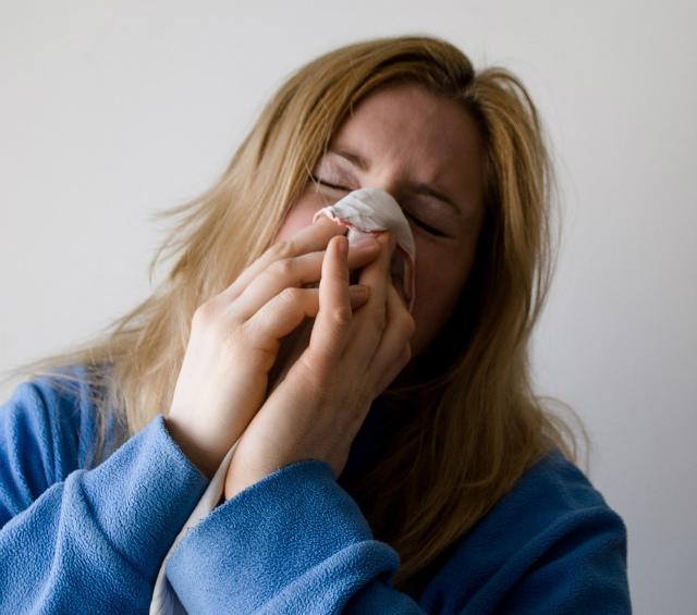鼻水かむ女性
